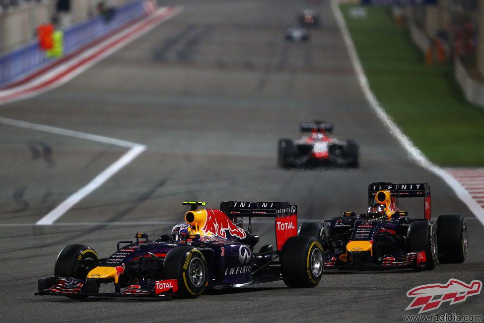 Daniel Ricciardo adelanta a Sebastian Vettel