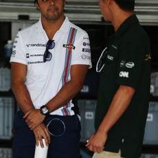 Kamui Kobayashi y Felipe Massa charlan en Sakhir