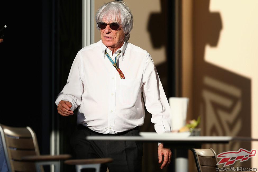 Bernie Ecclestone, en el paddock de Sakhir