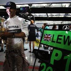 Victoria y trofeo para Lewis Hamilton
