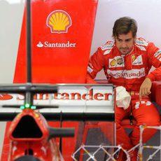 Fernando Alonso, en el box de Ferrari