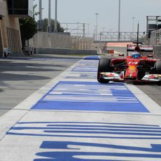 Fernando Alonso regresa a boxes en Sakhir