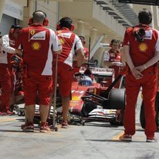 Fernando Alonso para en boxes en Sakhir