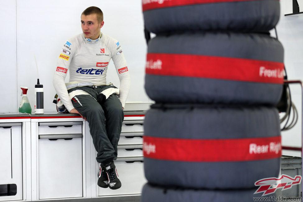 Sergey Sirotkin espera sentado en el box de Sauber