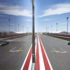 Nico Rosberg reflejado en la recta de meta