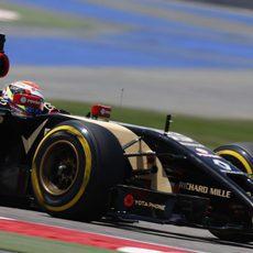 El E22 de Pastor Maldonado avanza en el circuito de Sakhir