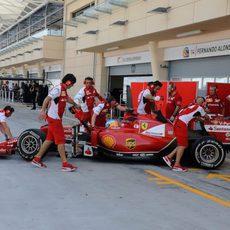 Fernando Alonso regresa a boxes con el F14-T