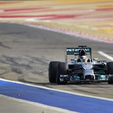Lewis Hamilton entra en el pitlane de Sakhir