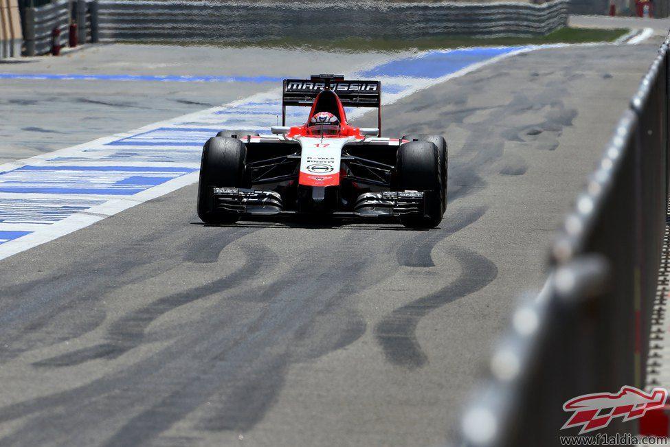 Jules Bianchi pasa por el pitlane en Sakhir