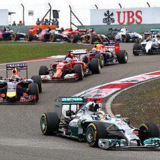 Primeros metros del GP de China, y Lewis Hamilton lidera