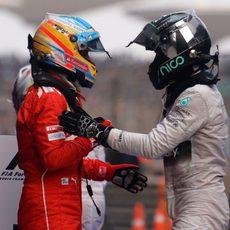 Fernando Alonso y Nico Rosberg se saludan en China