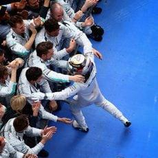 Lewis Hamilton corre hacia su equipo en China