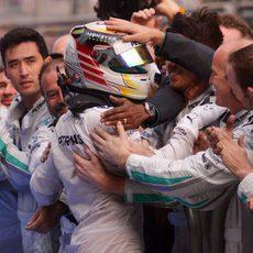 Alegría de Lewis Hamilton y Mercedes