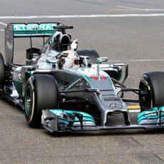 Lewis Hamilton celebra la victoria desde el W05