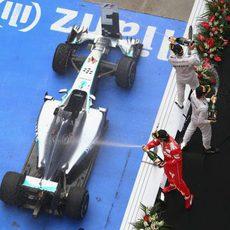 Hamilton, Rosberg y Alonso lanzan champán desde el podio