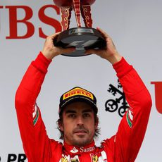 Fernando Alonso alza el trofeo del tercer clasificado