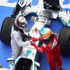 Fernando Alonso felicita a Lewis Hamilton