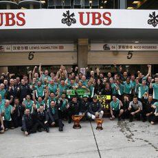El equipo Mercedes celebra su doblete en China