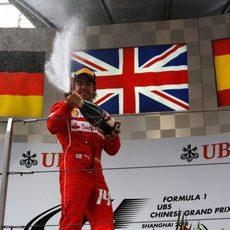 Fernando Alonso celebra el primer podio del año