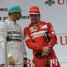 Fernando Alonso y Lewis Hamilton charlan en el podio