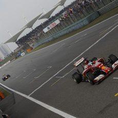 Fernando Alonso cruza la meta en Shanghái