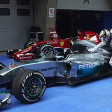 Lewis Hamilton acaricia a su monoplaza