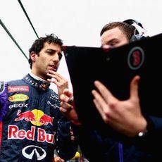 Daniel Ricciardo recibe las últimas indicaciones antes de la carrera