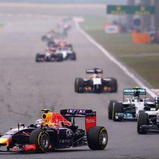 Daniel Ricciardo rueda por delante del Williams de Massa
