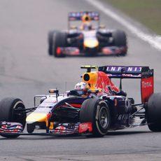 Daniel Ricciardo rueda por delante de Vettel