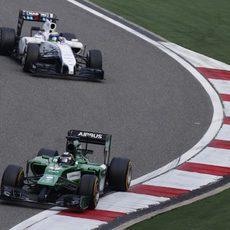 Kamui Kobayashi rueda por delante de Massa