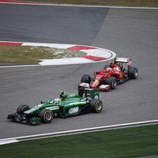 Marcus Ericsson rueda por delante de Räikkönen