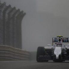 Valtteri Bottas rueda bajo la lluvia