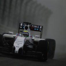 Felipe Massa rueda bajo la lluvia