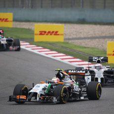 Sergio Pérez perseguido por Jenson Button durante la carrera en China