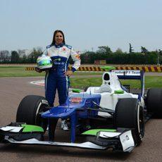 Simona de Silvestro posa junto al Sauber C31