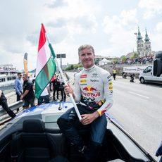 David Coulthard con la bandera húngara