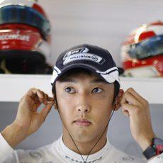 Nakajima se pone los auriculares