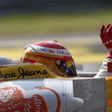 Alonso saluda al público
