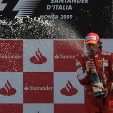 Räikkönen con el champán en el GP de Italia 2009