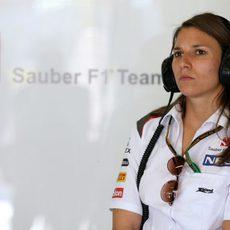 Simona de Silvestro en el garaje de Sauber