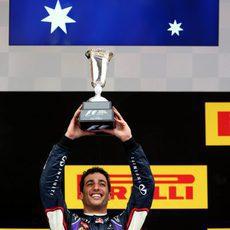 Daniel RIcciardo levanta el trofeo de tercer clasificado