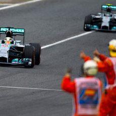 Los comisarios aplauden a Lewis Hamilton y Nico Rosberg