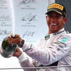 Lewis Hamilton descorcha el champán en Barcelona