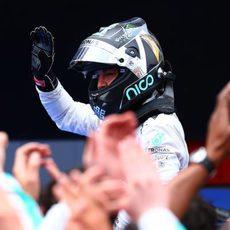 Nico Rosberg saluda tras lograr la segunda posición