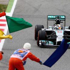 Los comisarios celebran con 'banderazos' la victoria de Lewis Hamilton