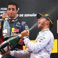 Daniel Ricciardo y Lewis Hamilton comparten podio en Bsrcelona.