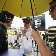 Ericsson prepara con su equipo el inicio de la carrera