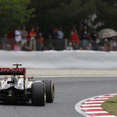 Pastor Maldonado trazando una curva del Circuit de Catalunya
