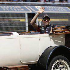 Pastor Maldonado saludando en el driver's parade