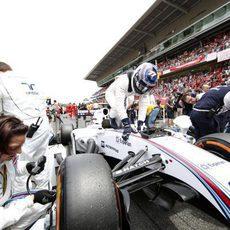 Valtteri Bottas llegando a su posición en la parrilla de salida